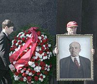 Портрет от човешки кости сред даровете към екс съветските лидери