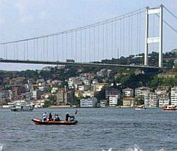 Истанбулски ферибот с 449 души удари кораб
