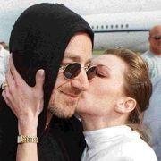 Боно от U2 претърпя спешна операция на гръбнака