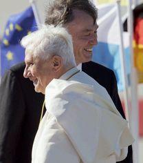 Папата засне календар, ще стои до голи мацки на сергиите