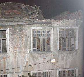 """Опасната къща на софийската """"Отец Паисий"""" рушена нарочно"""