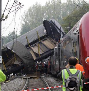 13 загинали при сблъсък на 2 влака във Франция