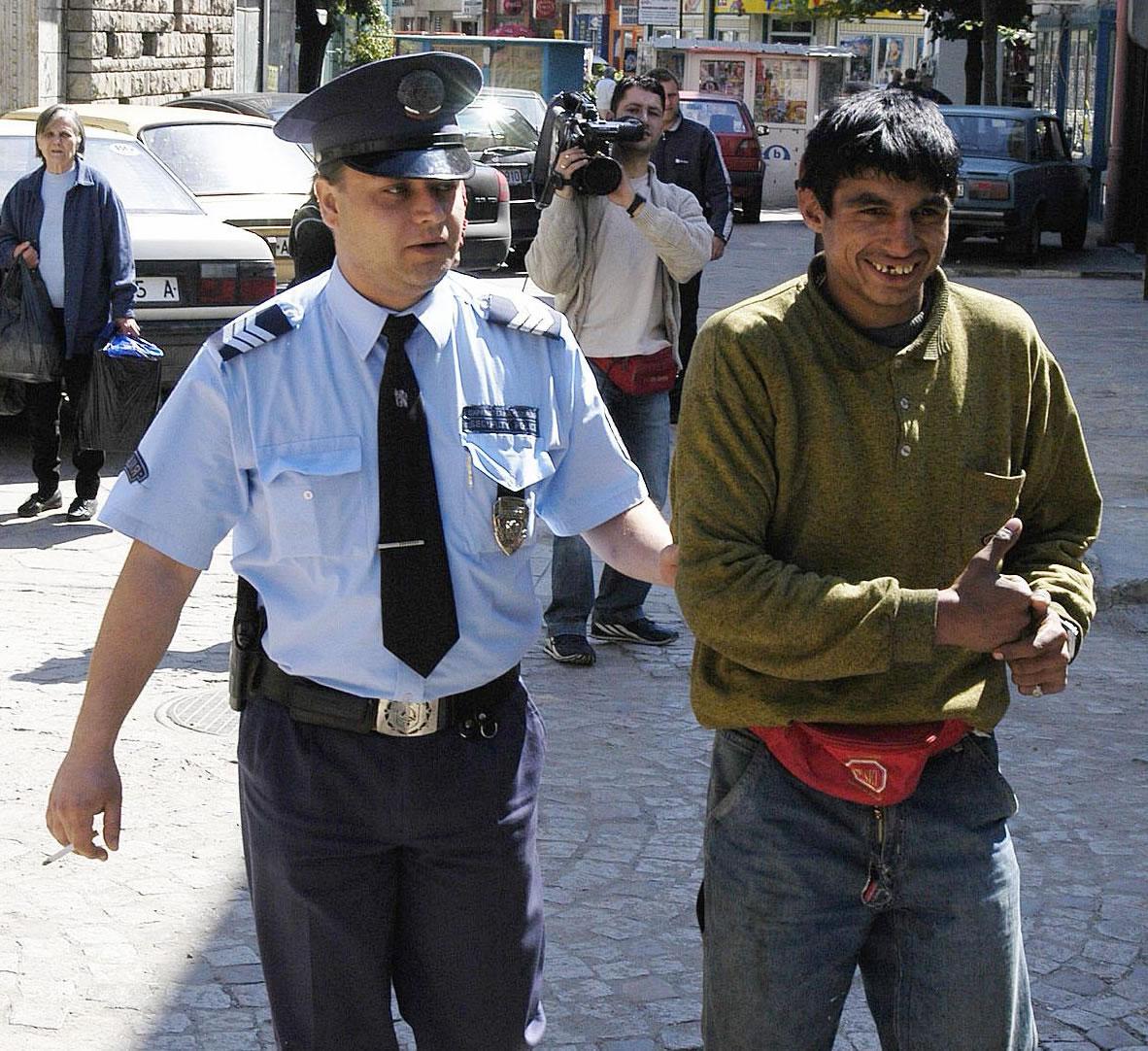 Искат оставки, полицаи били наред след ромско меле