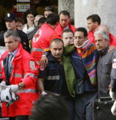 Един загинал, 100 са ранени при сблъсък в римското метро