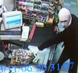 20-годишен обра супермаркет с пистолет играчка
