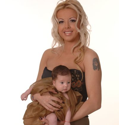 Фолк певицата Кати показа дъщеря си в нова фотосесия