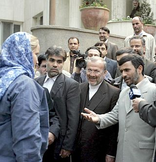 """Блеър отрече да е сключил """"моряшка"""" сделка с Ахмадинеджад"""