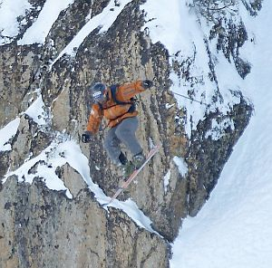 Спасиха сноубордист след лавина в Банско, търсят други