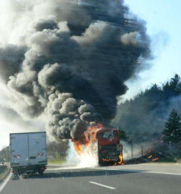 Автобус изгоря на път, наш самолет кацна аварийно в Атина