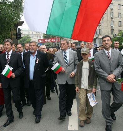 Първанов и министри водиха ученическата манифестация