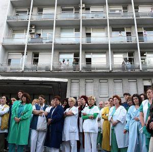 Пироговци блокират кръстовището до болницата от вторник