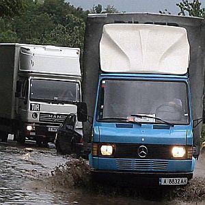 Жена оцеля прегазена и влачена от ТИР в София