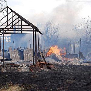 Буря разпали пожари и отнесе покриви и дървета
