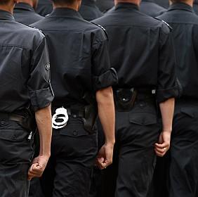 Петков реже 1000 чиновника и ги прави полицаи