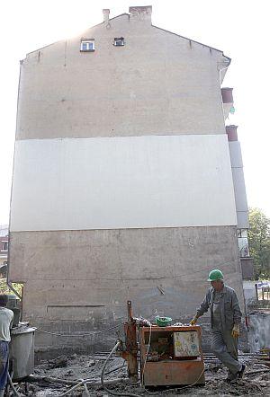 Спряха строежа, застрашил 5-етажен блок