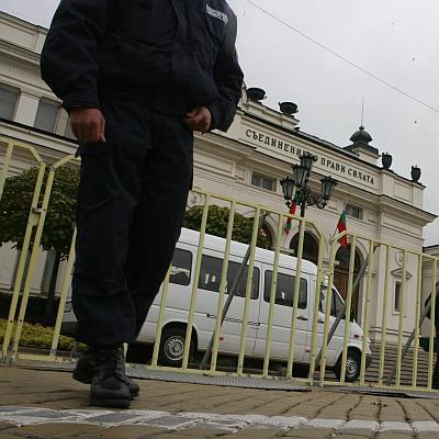 Парламентът ограден срещу учители, опозицията напусна