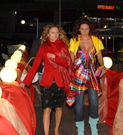 Алекс Раева шие костюми за турнето на Деси Добрева в САЩ