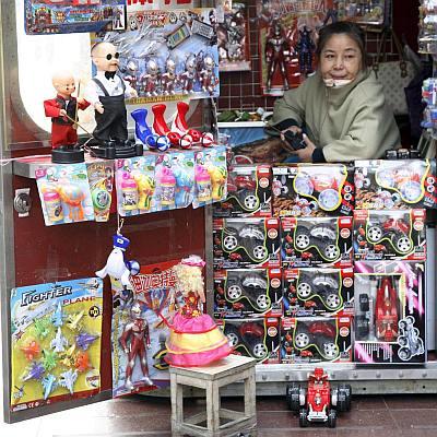 Кризата удари и детските играчки