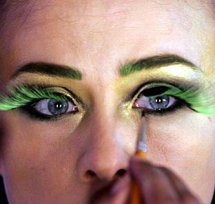 Жените се туткат пред огледалото 3 г. от живота си