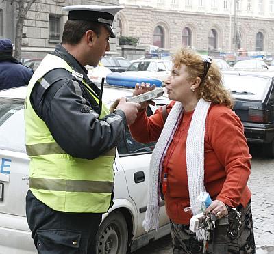 Екшън с журналистка и полицаи пред МС