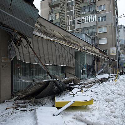 От снега се срутиха козирките на две банки