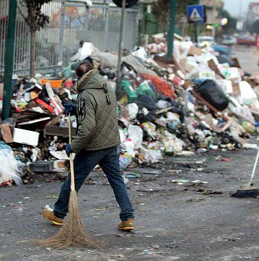 Нова криза с боклука на Неапол, замерят с камъни полицаи