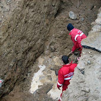 Камион с пръст падна върху работник в изкоп