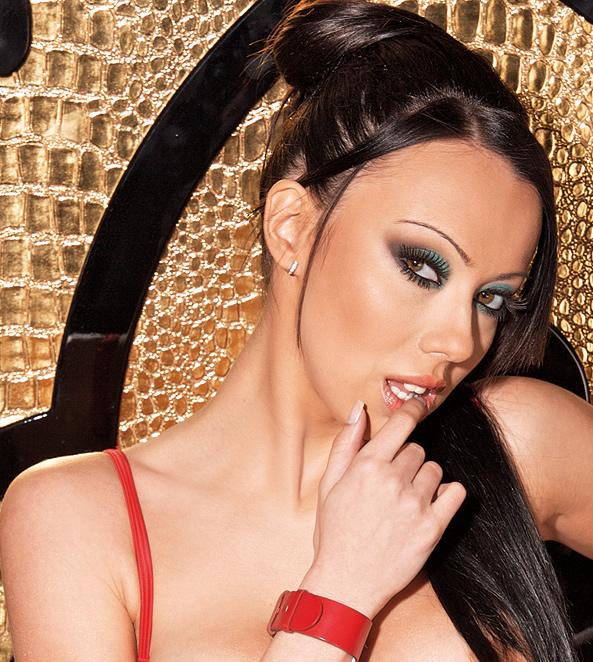 Попфолк певицата Мира се съблече за секси фотосесия