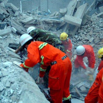Хиляди под руините след трусове в Индонезия