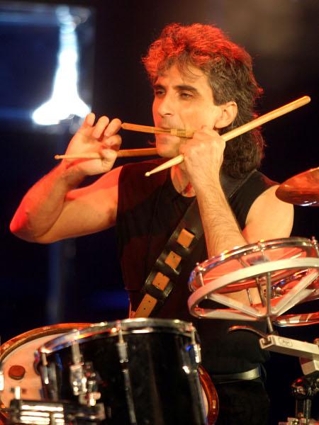 Басистът на Елтън Джон свири със Стунджи