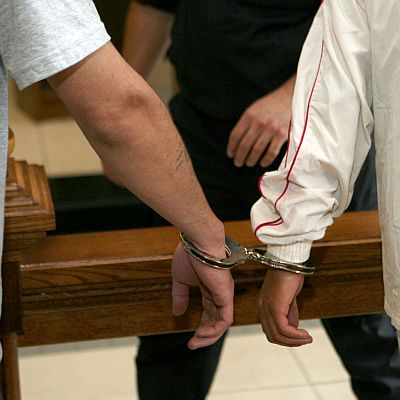 Двамата, заляли студентките със сода каустик, остават в ареста