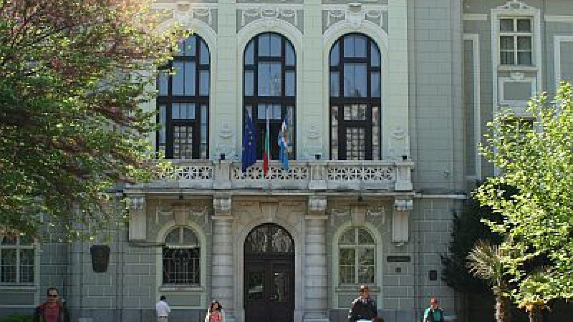 Замразяват заплатите в Община Пловдив