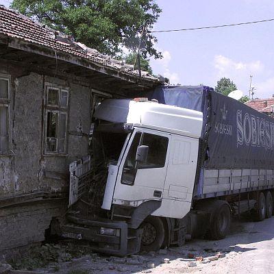 Турски ТИР помете къща и остави село без ток