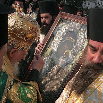 С прясна питка почетете Света Богородица