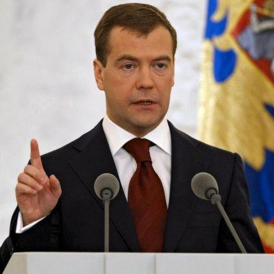 Медведев: Русия е още примитивна страна