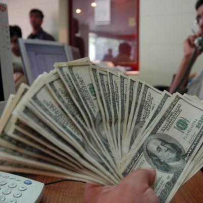 Перничанин получи от банка фалшиви долари