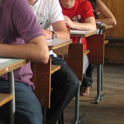 Ученичка преби друга пред учителка