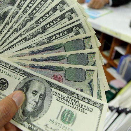 УниКредит: Доларът ще поскъпва