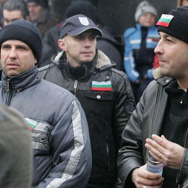 Полицаи и железничари на протест