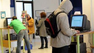 Спад на безработицата при младите, ръст при тези на средна възраст