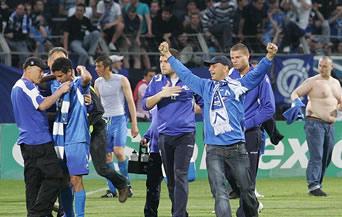 Разгневени фенове на Левски опитаха да линчуват футболистите и Достанич