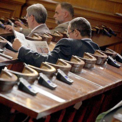 Депутатите, гласували с чужди карти, се засрамили