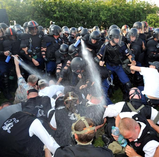 Полицията арестува стотици черноризци в Унгария