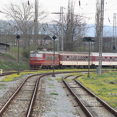 Влакове спряха на 150 м един от друг, вкарани в един коловоз