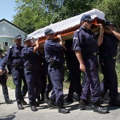 С почетен караул погребаха полицая Митов