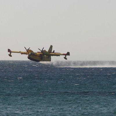 Пилот на гръцки самолет загина при гасене на пожар