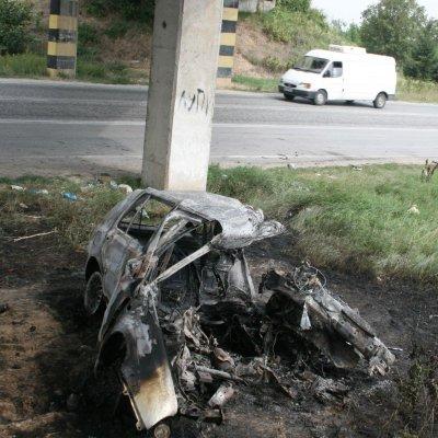 """""""Голф"""" се вряза в стълб, шофьорът изгоря"""