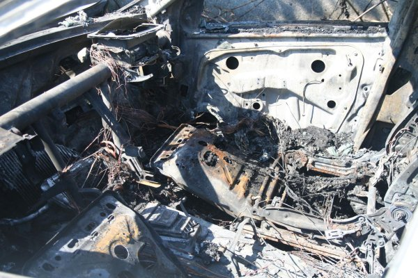 """""""Мерцедес"""" изгоря, пътниците му като чудо живи"""