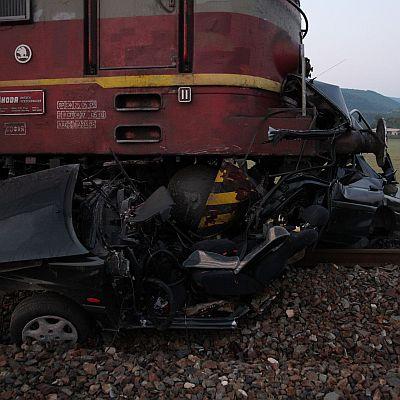 Две коли ударени от влак през нощта