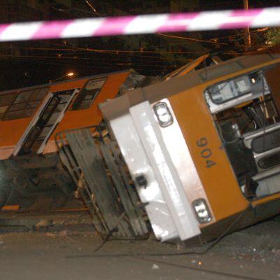 Трамвай се обърна върху кола